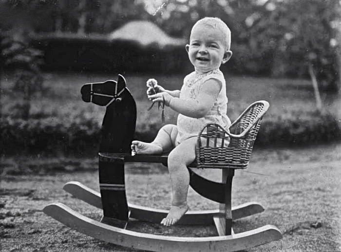 Beppie_Landzaad_Riding_Rocking_Horse_1923_tropenmuseum